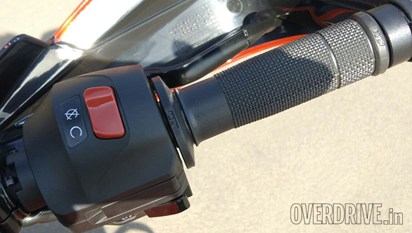 The familiar switches don't get too much by way of an upgrade, just the headlight switch is now blanked out on the 2017 KTM 390 Duke. They're hiding the standard - and 390 exclusive - adjustable levers in this pic though