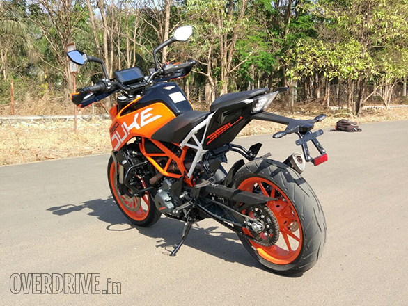 The chassis geometry of the 2017 KTM 390 Duke has not changed at all though it has new brakes, new suspension as well as the new H-rated Metzelers.