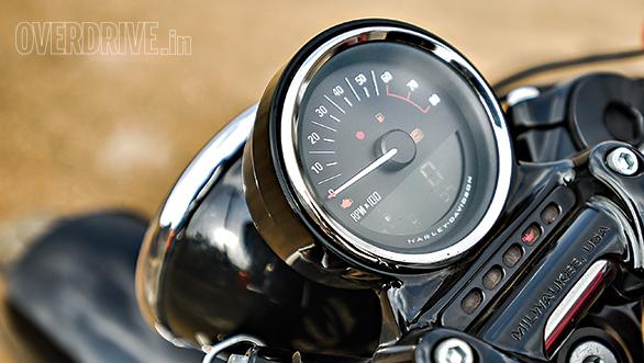 Harley-Davidson Roadster vs Triumph Bonneville T100 (10)