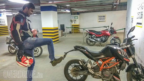 Lijo is still figuring out where the kick-starter is on Rishaad's KTM 390