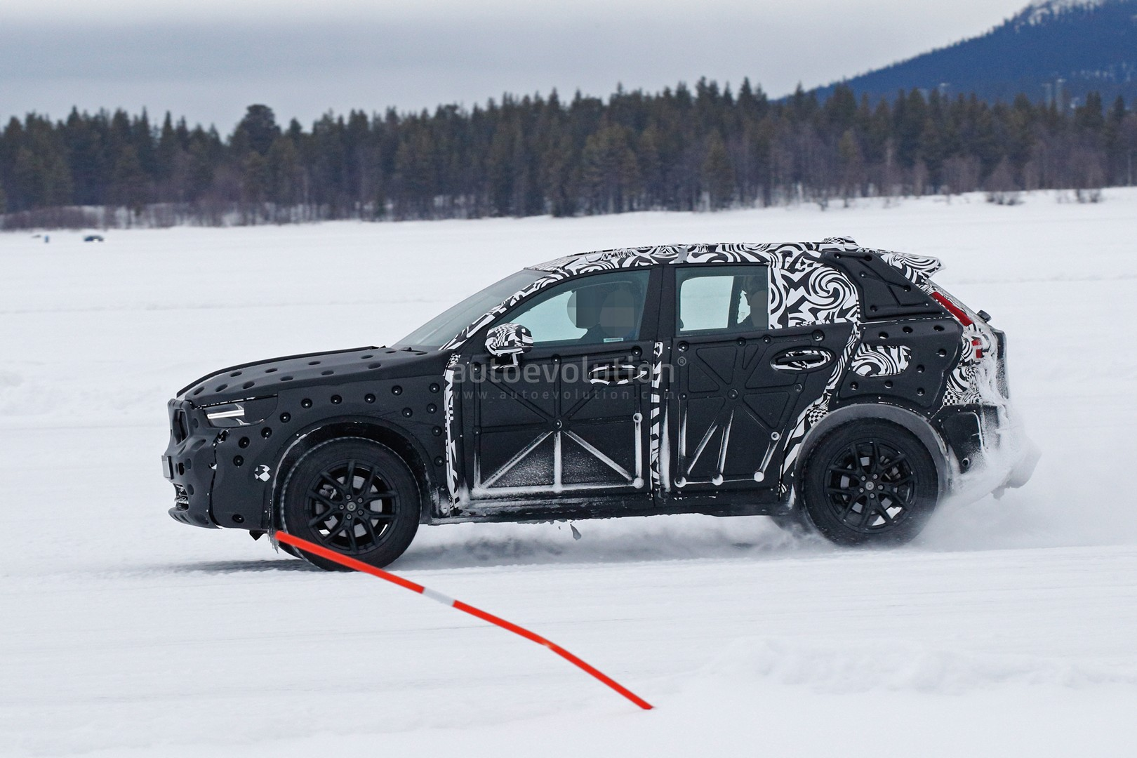 volvo-xc40-spied-undergoing-winter-testing-with-full-cabin_5