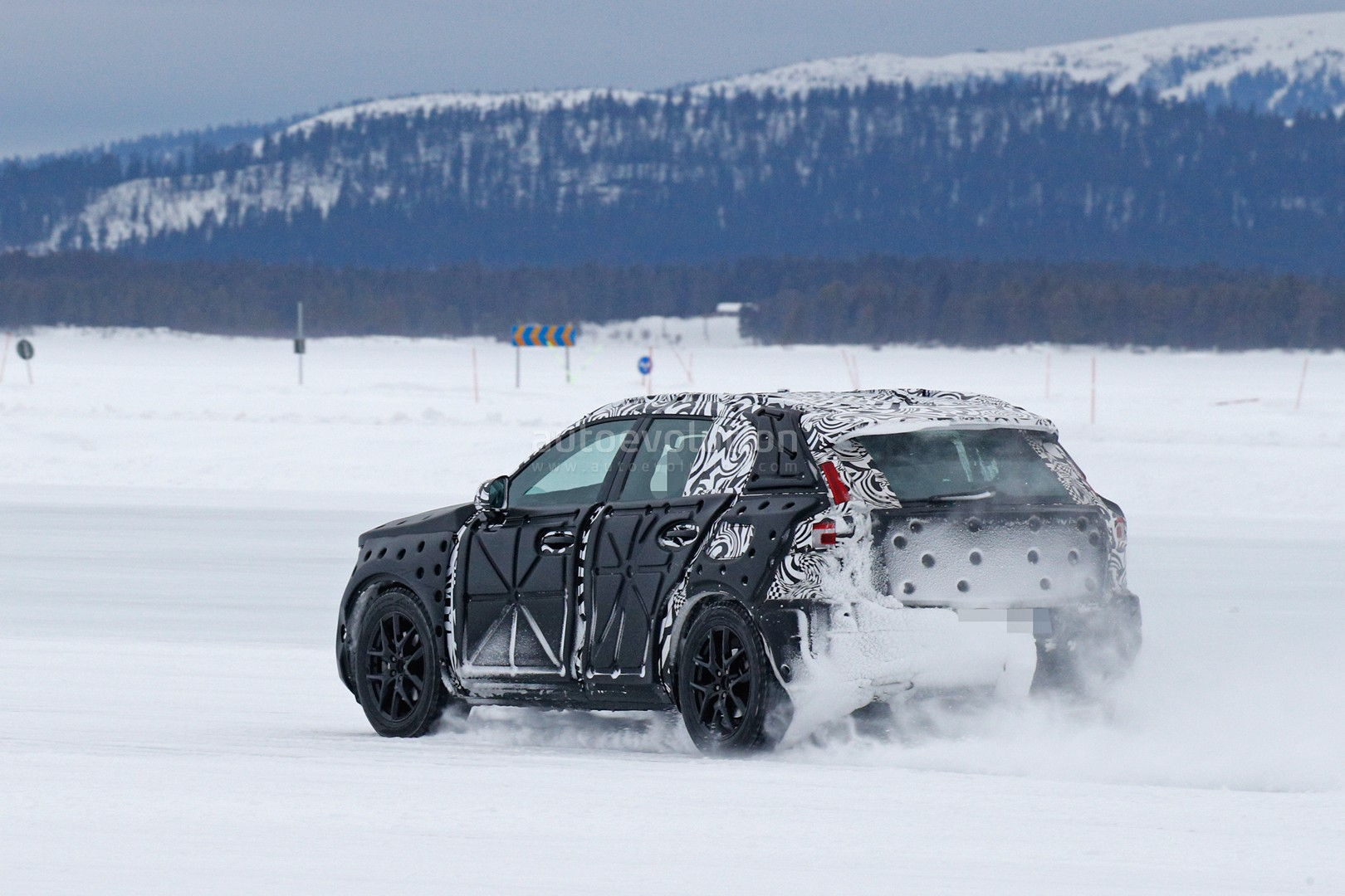 volvo-xc40-spied-undergoing-winter-testing-with-full-cabin_7