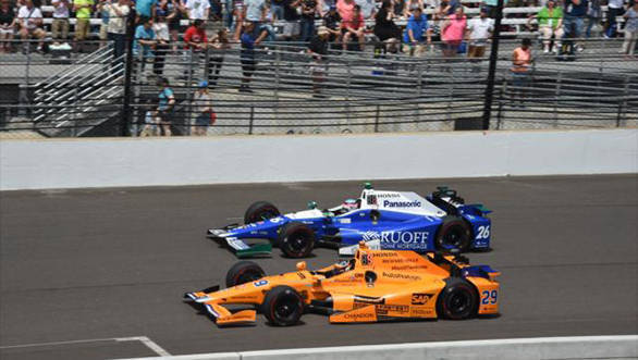 Fernando Alonso battles it out with Conor Daly at the 2017 Indy 500