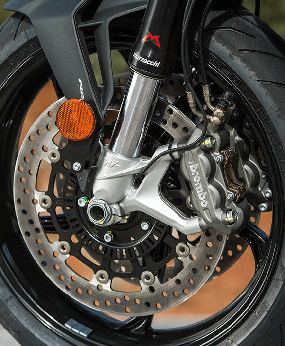 43m fully adjustable Marzocchi upside down forks and a set of Brembos biting on 300mm twin discs is the fully front-end picture of the Brutale 800