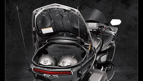 t can carry a total weight of 141 litres across the saddlebags and the upper and lower storage compartments that can be locked with electric locking lids. - width=
