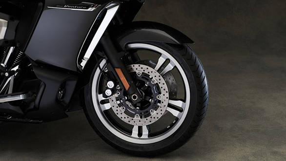 The Star Venture rides on 18-inch 130/70 (front) and 16-inch 200/55 (rear) Bridgestone Exedra G852 tyres.