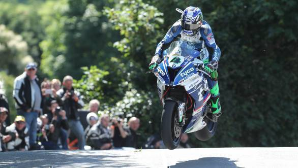 IOMTT 2017: Ian Hutchinson wins Superbike TT