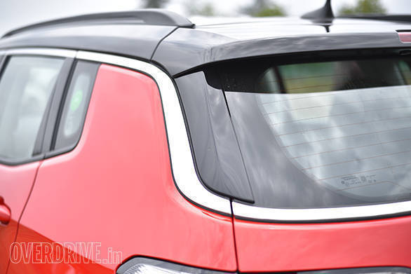 The silver strip running all around the Jeep Compass, looks great and visually separates the roof from the rest of the body