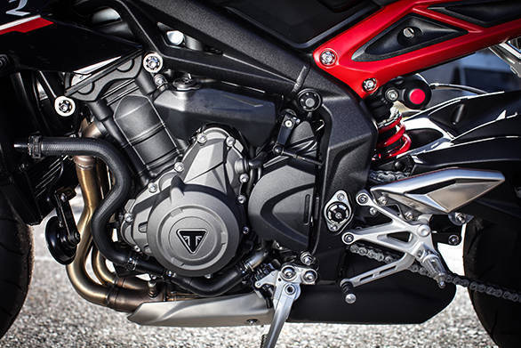 The R spec Street Triple's motor develops 118PS at 12,000rpm and 77Nm at 9,400rpm