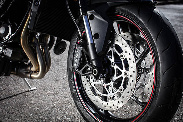 The R gets 330mm discs upfront, with Brembo M4.32 Monobloc calipers