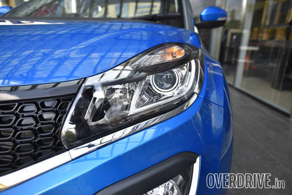 The headlamps have the DRL elements in them. Tata have added projector headlights to the top-spec Nexon trim