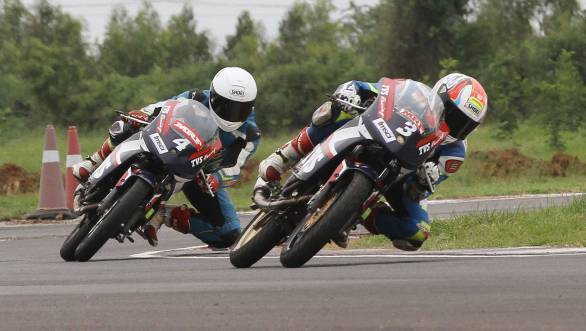 Jagan Kumar (No.3) took victory in the first Super Sport Indian (up to 165cc) category race