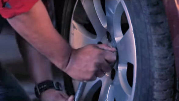 Know how to change your car tyre all by yourself