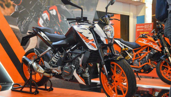 KTM Duke 200 seen with side-mounted exhaust in Indonesia