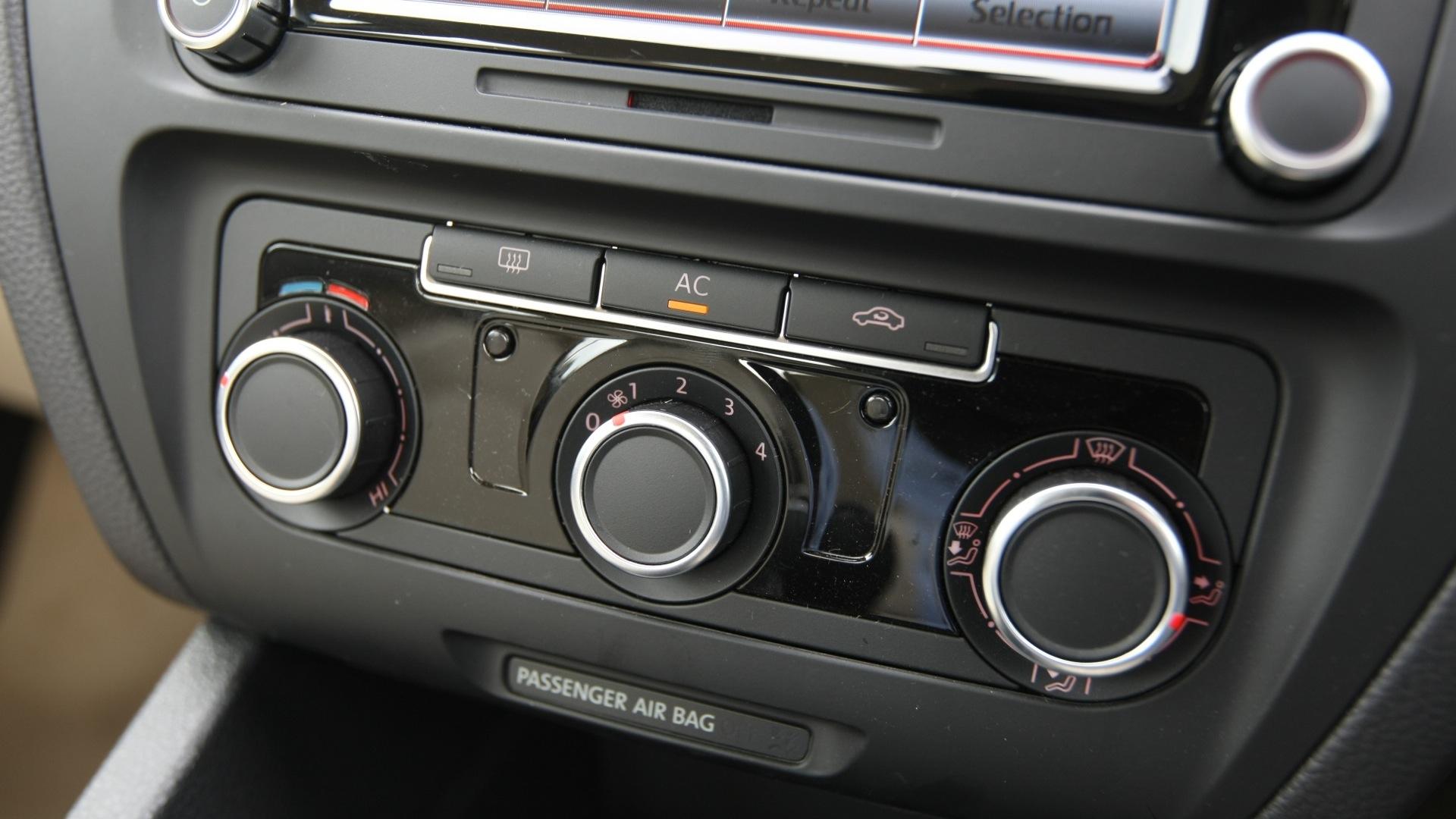 Volkswagen-Jetta-2011-2-0-Trendline-M-Interior