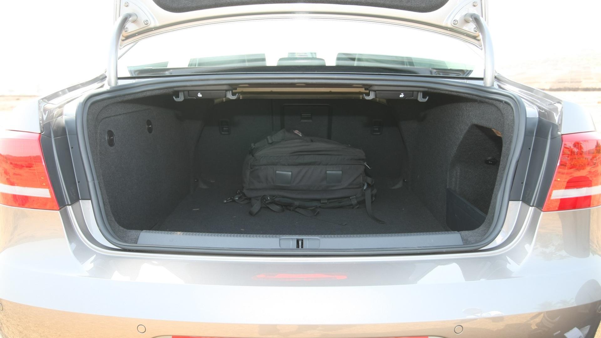 Volkswagen-Passat-2013-Trendline-MT-Interior