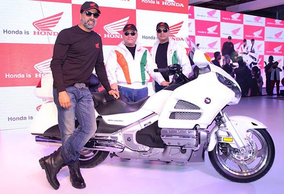 Akshay-Kumar-visits-Honda-at-Auto-Expo-with-Mr