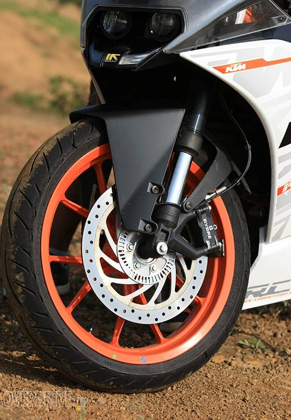 The wheels, tyres and brakes are identical to the Duke 390. But the upside down forks offer less travel and have slightly stiffer damping. The result is great feedback but a more difficult time over bad roads compared to the Duke
