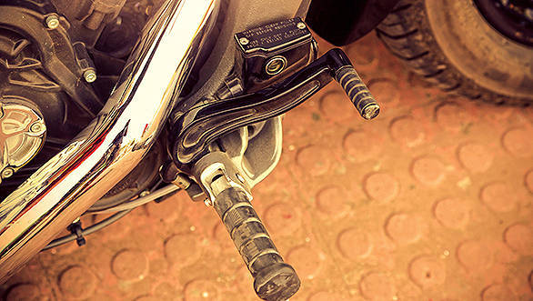 Forward set footpegs are comfortable but you can opt for both extended or shorter reach pegs