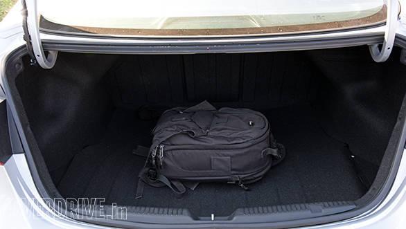 Hyundai Elantra 2015 (1)