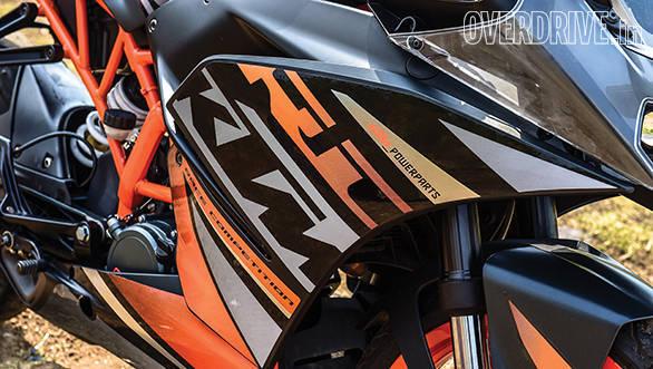 KTM RC200 vs Yamaha R15 vs Bajaj Pulsar RS200 (11)