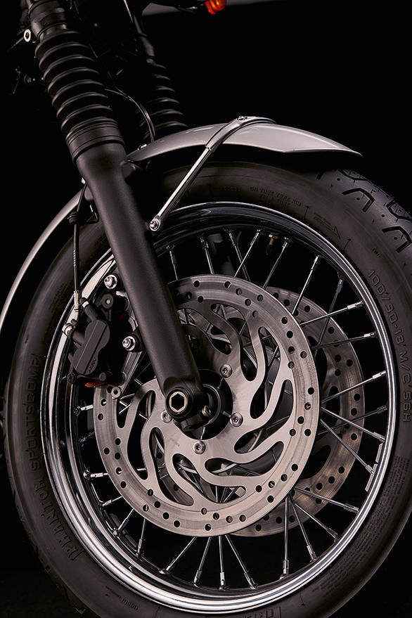 The T120's retro charms begin with its 18 inch front wheel. Triumph have been careful to stick as close as possible to the insipiration - the 1958 Bonneville - while ensuring that the bike is modern as it can be. The T120 has ABS, traction control as well two riding modes