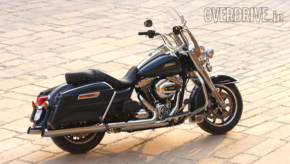 The Harley-Davidson Road King looks great. Dark colours set off the surfeit of chrome perfectly and while you can argue the usefulness of the windshield in our hot weather, it certainly looks great