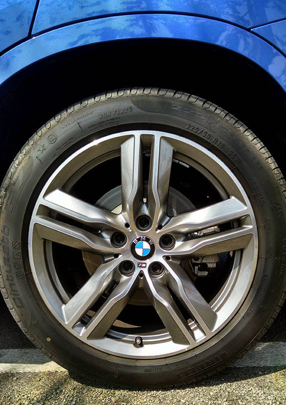 Great looking M badged 18-inch wheels make it to the top model. the mid level xDrive trims also use 18-inchers while the base expedition trim runs 17-inch wheels
