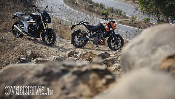 2016 KTM 200 Duke and Mahindra Mojo static shot