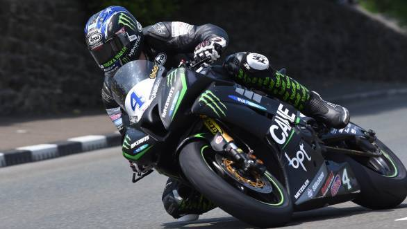 Ian Hutchinson on his way to victory at the second Supersport Race at the 2016 IOMTT