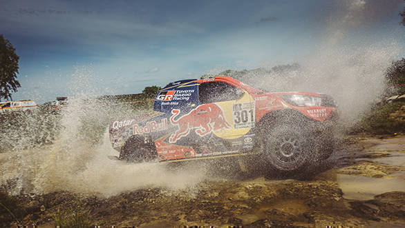Nasser Al-Attiyah took the lead in the Car category, setting a time of 25m41s. This, despite the fact that he had a small fire in his front left wheel case caused by an oil leak and the heat