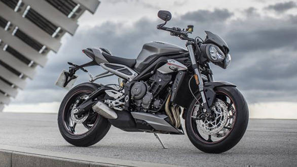 The 2017 Triumph Street Triple RS is the top model with 123PS/77Nm being the output. It rides on track-friendly Supercorsa SP tyres and while it shares the front fork specification with the R, it adds Brembo's M50 calipers, an Ohlins rear shock, more riding modes and a standard quickshifter