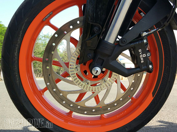 The 2017 KTM 390 Duke gets the new 320mm rotor setup that we saw on the 2017 KTM RC390 first. ABS is standard and braking is now strong and powerful and hence in sync with the rest of the motorcycle.