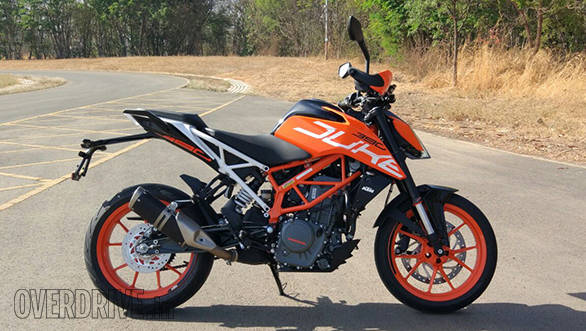 The 2017 KTM 390 Duke cuts a dashing figure. The SuperDuke inspired panels and graphics look very nice. The side slung exhaust could have been made to look classier though