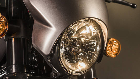 The aggressive little fairing, speed screen in Harley-speak on the 2017 Harley-Davidson Street Rod looks aggressive as it should, especially in contrast colours like the grey or the green. I wish the headlight and fairing were more integrated but it looks good.