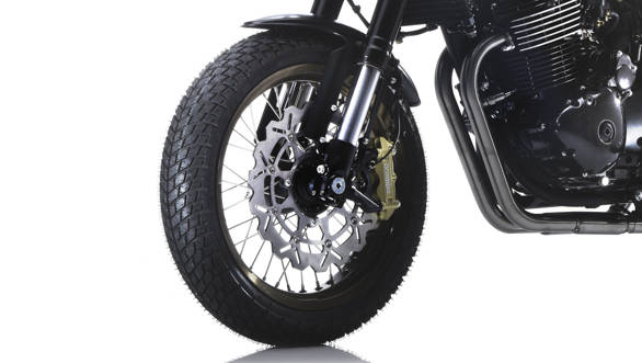 The SWM Gran Milano has the highest spec of the SWM 440s including the fancy disc with the Brembo caliper radially mounted. Too bad the brake feel isn't a whole lot and you need more than a few fingers for hard braking