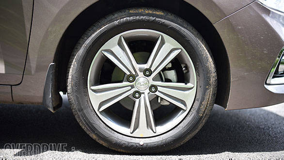 Hyundai have also given a new look to the alloys of the Verna. Like before, they are diamond-cut